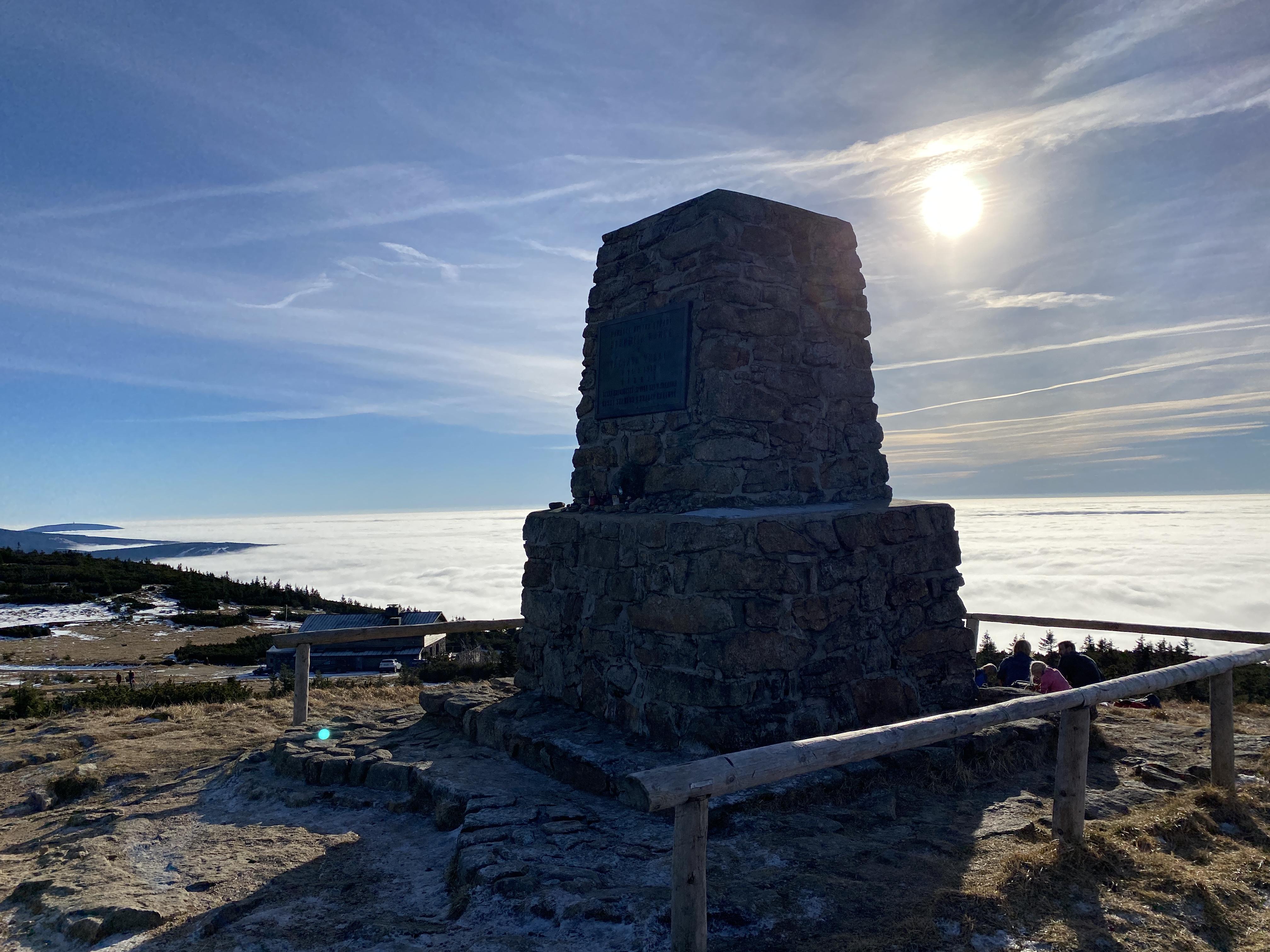 Mohyla Hanče a Vrbaty – maják nad mořem mraků