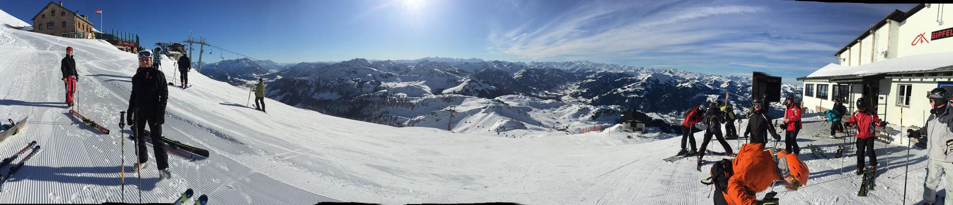 Na vrcholu Kitzbüheler Hornu – vlevo sedačka, vpravo horní stanice kabinové lanovky